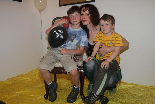 Saudková si na vernisáž vzala i své dva syny.