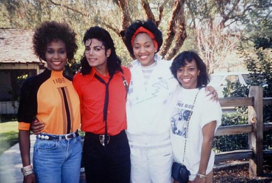 Michael drží kolem pasu Whitney a její osobní asistentku Robyn Crawford, která byla údajně i zpěvaččinou láskou.