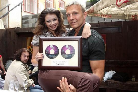 Martin Maxa s kolegyní na křtu CD muzikálu Naháči.