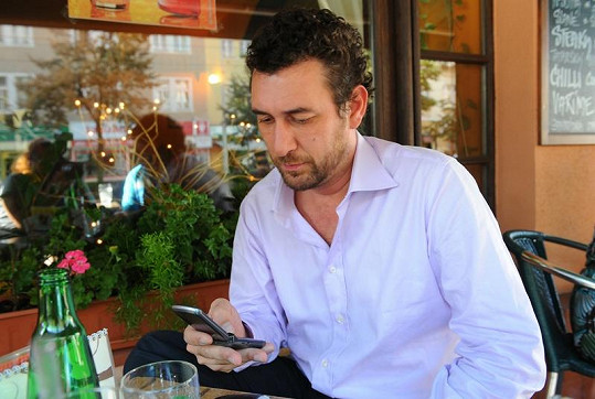 Zdrcený Martucci si čte zprávy od Bartošové.