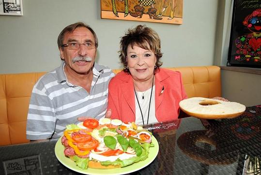Jiřina Bohdalová a Pavel Zedníček, v jehož Bagel baru se oslava konala.