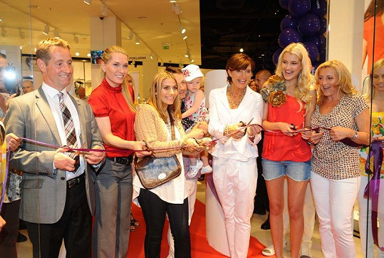 Celebrity na otevření obchodu.