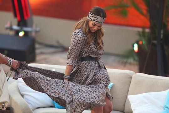 Vzdušné šaty americké zpěvačky daly moderátorovi i hostovi Dieteru Bohlenovi zabrat.