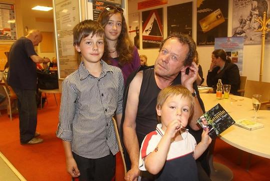 Oldřich Vízner se třemi dětmi: Albertem, Anežkou a Františkem.