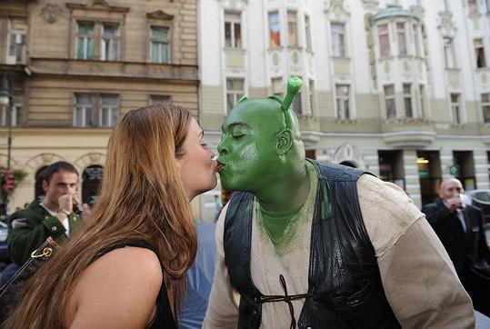 Mahulena se v pražské restauraci Bodeguita del Medio líbala i se Shrekem.