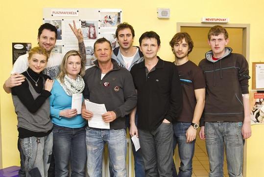 Petr Vágner vzal na darování krve kolegy z Ordinace v růžové zahradě.