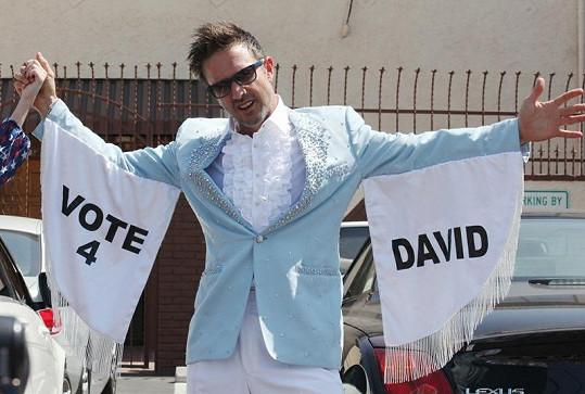 Dnes již herec vesele propaguje číslo 4, pod kterým bude v taneční soutěži vystupovat.