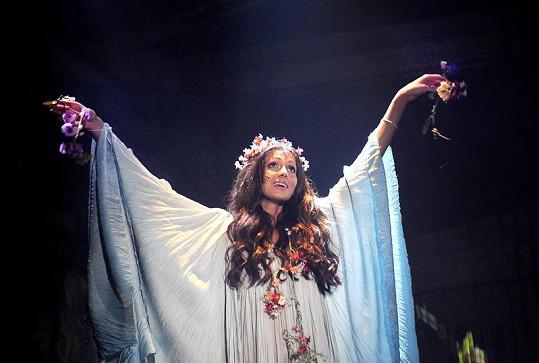 Eliška jako zešílevší Ofélie.