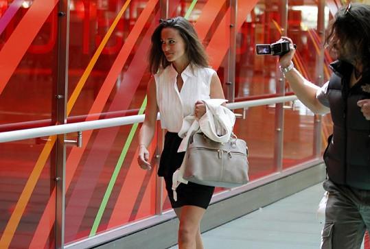 Neodbytní paparazzi i obyčejní cestující si Pippu fotili a natáčeli na kameru.