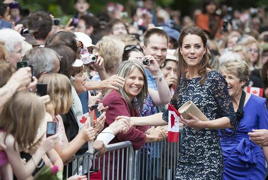 Kate se zdraví s nadšenými Kanaďany.