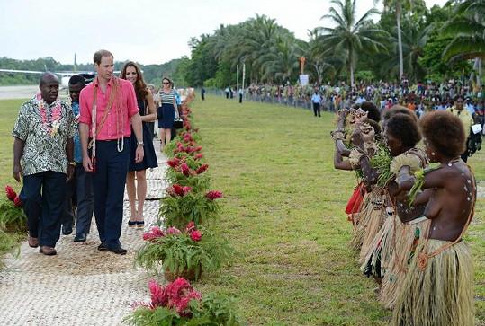 William se díval na uvítací ceremoniál trochu nedůvěřivě.