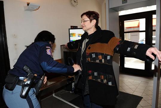 Darina Rychtářová se při vstupu do soudní budovy podrobuje prohlídce