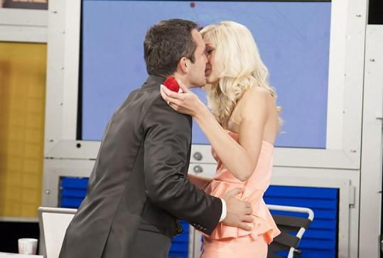 První polibek čerstvých snoubenců.