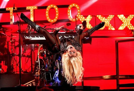 Gaga opět vsadila na výstřední image a dokonalou výpravu.
