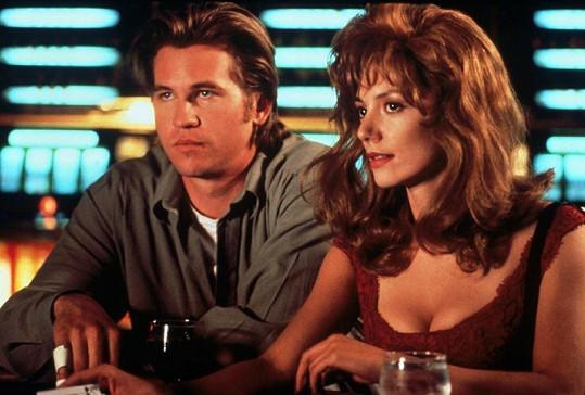 Val a Joanne Whalley ve filmu Zabij mě opět.