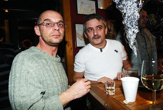 Tomáš Trapl s Michalem Suchánkem na večírku v creperii U slepiček.