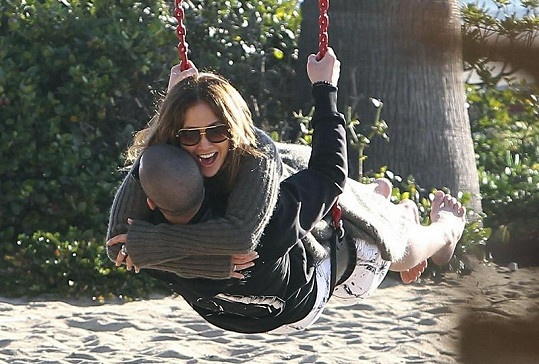 J-Lo s Casperem zázračně omládla.