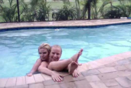 Martina Pártlová s Nikol Štíbrovou v bazénu.