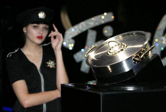 Nejdražší kastrol světa s modelkou v policejní uniformně.
