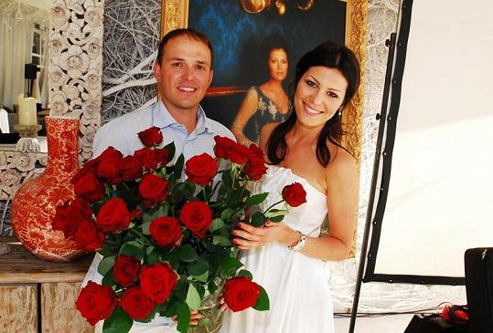 Od snoubence Richarda Podroužka dostala třicet rudých růží.