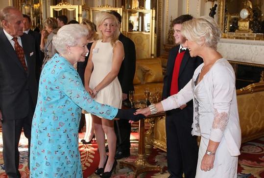 Alžběta II. se zdraví s herečkou Helen Mirren.
