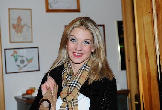 Sabina Laurinová má šálu za devět tisíc korun.