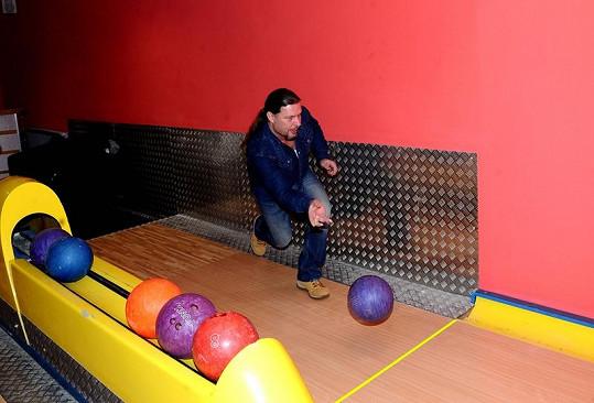 Petr Kolář se bavil u bowlingu.
