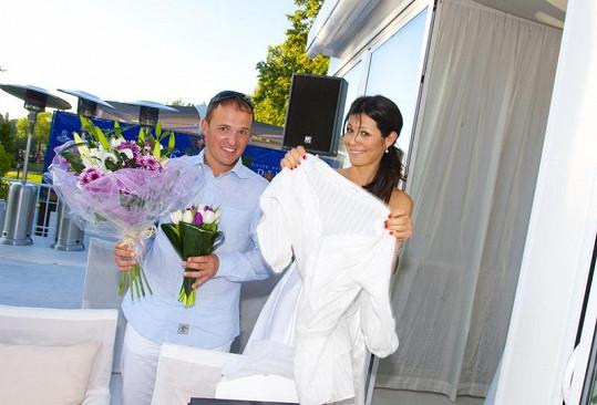 Jana s Richardem ukládali dary a květiny na terase restaurantu Soho.