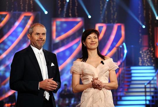 Tady je Tereza s kolegou Markem Ebenem na pódiu. Ještě nenalíčená, ale už v krásných šatech.