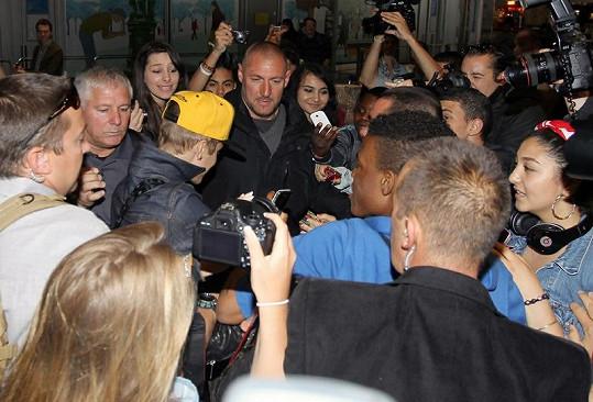 Justin se venku neustále musí prodírat davy fanynek a svých bodyguardů.