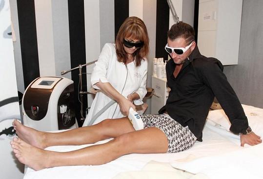 Martin Rybka podstoupil jak správný metrosexuál laserové odstranění chloupků na nohách.