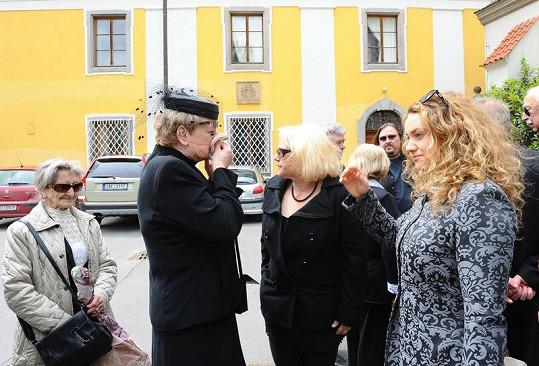Plačící vdova Milada se smutečními hosty.