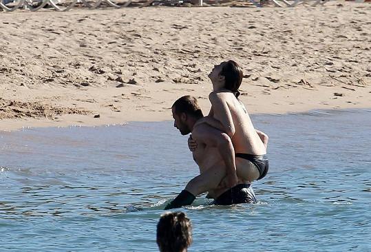 Francouzská herečka natáčela odvážné scény na pláži v Cannes.