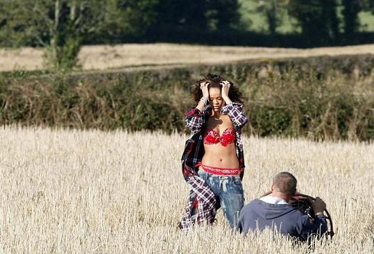 Zpěvačka během natáčení videoklipu k singlu We Found Love.