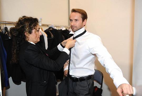 Kostymérka upravuje porotce Révaie.