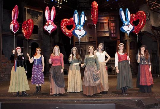 Zpěvačky z company Bídníků se radovaly z balónků.