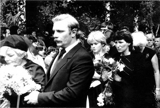 Pohřeb Petra Sepešiho. Druhá zprava Iveta Bartošová.