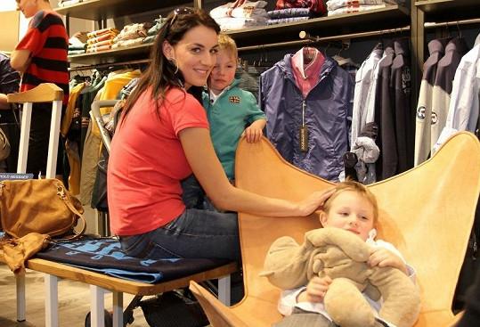 Lucie se svými syny na představení nové kolekce oblečení.
