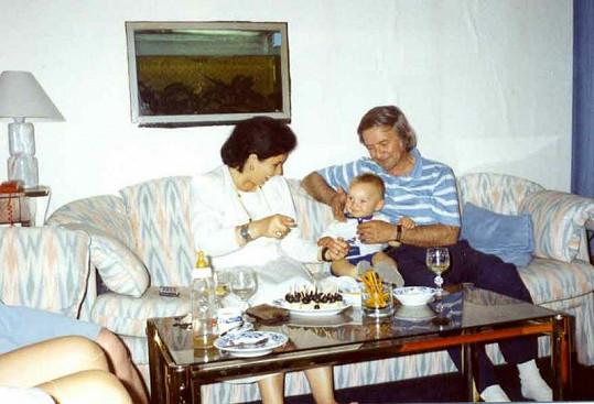 Ladislav Jakim se ještě před smrtí dočkal vnuka Roberta. Na snímku je s ním a s manželkou.
