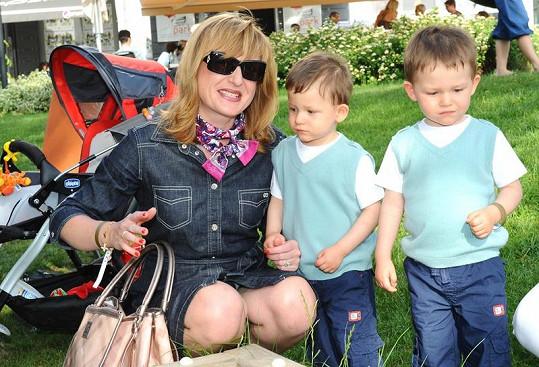 Štěpánka Duchková s dvojčaty.