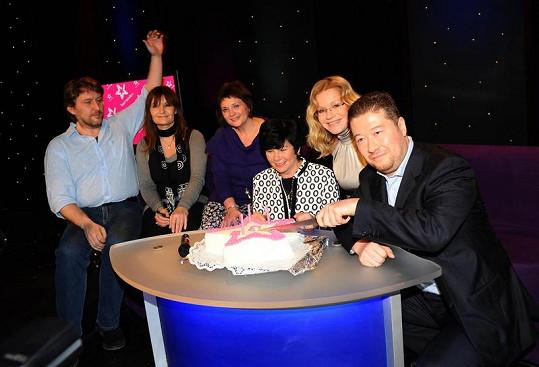 Na úterní tiskové konferenci už Tomio slavil tříleté výročí vysílání TV Barrandov s generální ředitelkou televize Jankou Vozárovou a týmem pořadu Splněné sny.