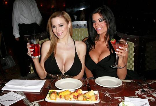 Obě krásky na narozeninové večeři Jordan Carver.