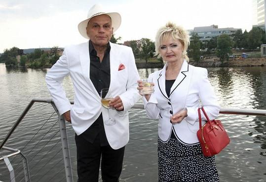 Pohody u Vltavy si užíval i Jan Přeučil s manželkou.