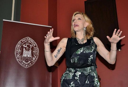 Courtney Love během proslovu divoce gestikulovala.