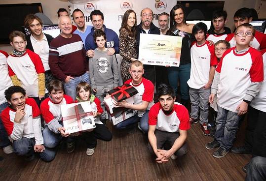 Radka Kocurová s hvězdami HC Olymp předali šek dětem z dětských domovů.