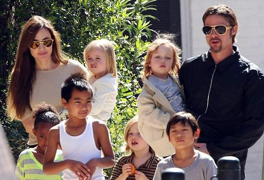 Početná rodina Angeliny Jolie a Brada Pitta.