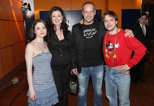 Herci z Probudím se včera v pubertálních a dospělých verzích hlavních představitelů.