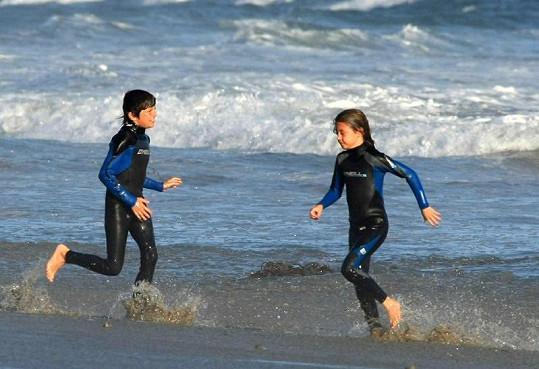 Děti Michaela a Catherine dovádí na pláži v Malibu.