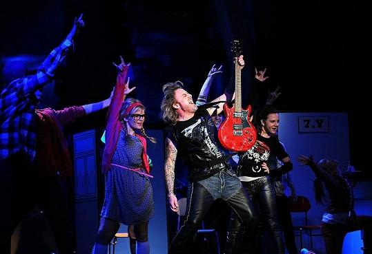 Drsný rocker na pódiu.