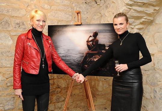 Leona Machálková a šansoniérka Renata Drössler pózují u jednoho z krásných aktů.